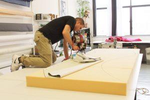 Pascal, notre couturier travaillait et couper le foam afin d'en faire un coussin de banquette.