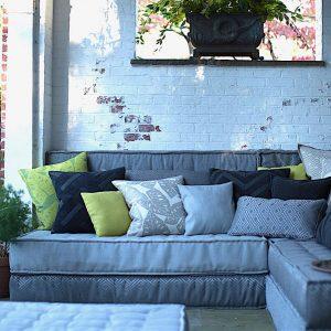 Un divan avec des tissus idéal pour l'exterieur pour vous offrir du confort. Agencé à une variété de coussins design pourrait combler votre besoin de détente.