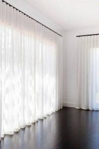 Rideaux avec voilage pour la maison. Sur une pôle moderne qui permet une manipulation facile du rideau. Tout sur mesure chez PAJA Couturier