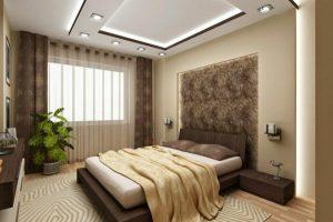 Chambre à coucher dans les teintes de beige. Avec une immense jette pour le lit et des rideaux magnifiques.