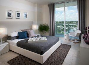 Une chambre à coucher moderne digne d'une chambre d'hotel.