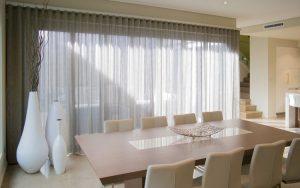 rideaux voilages lin transparent gris table manger bois massif chaises