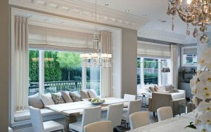 Store romain blanc sobre banc salle a manger coussins gris blanc lustre moderne